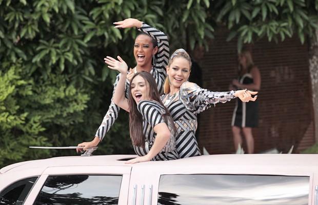 Elas partem ao som de 'Vida de Empreguete' e com direito a muito aplauso (Foto: Cheias de Charme/ TV Globo)