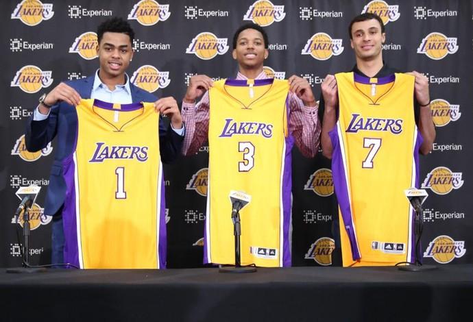 Russell, Brown e Nance posam com suas camisas na apresentação (Foto: J Diaz/Lakers.com)