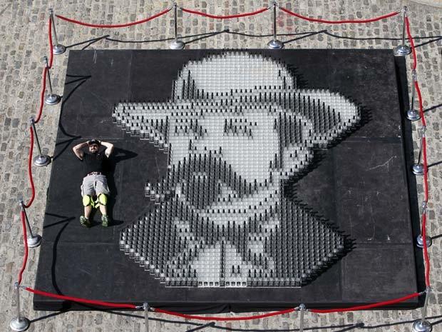 O artista americano Herb Williams criou um mosaico feito com mais de 2 mil garrafas vazias de uísque Jack Daniel's (Foto: AP)
