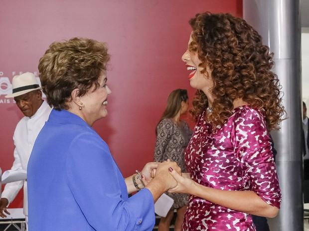 Presidente Dilma Rousseff com a cantora Vanessa da Mata durante cerimônia de entrega da Ordem do Mérito Cultural 2014, no Palácio do Planalto, nesta quarta (5) (Foto: Divulgação/Blog do Planalto)