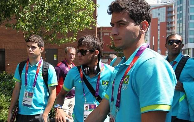 Ganso, Neymar e Oscar na chegada da Seleção em Cardiff (Foto: Rafael Ribeiro/CBF)