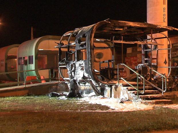 Posto comunitário destruído pelas chamas na Estrutural, no Distrito Federal (Foto: TV Globo/Reprodução)