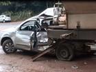 Motorista fica preso em carro após ser atingido por caminhonete na SP-215