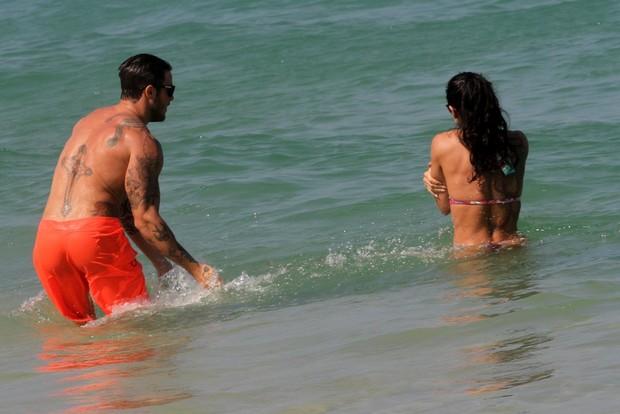 Jaque Khury com o marido na praia (Foto: Marcos Ferreira / Foto Rio News)