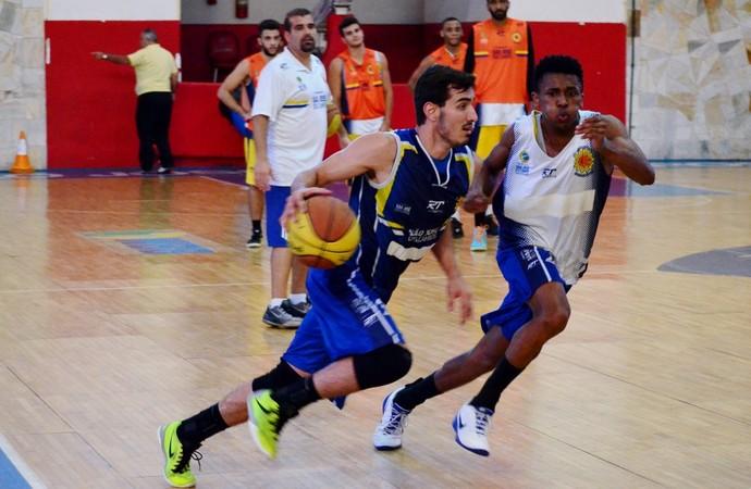 João Pedro treino São José Basquete (Foto: Danilo Sardinha/GloboEsporte.com)
