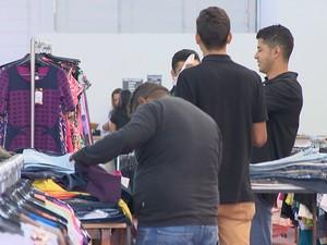 fcee8e242d G1 - Outlet vende roupas por quilo e preço agrada clientes em ...