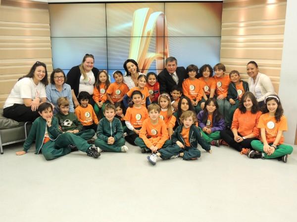 Alunos da Escola dos Sonhos com os apresentadores Laine Valgas e Mario Motta (Foto: Divulgação/RBS TV)