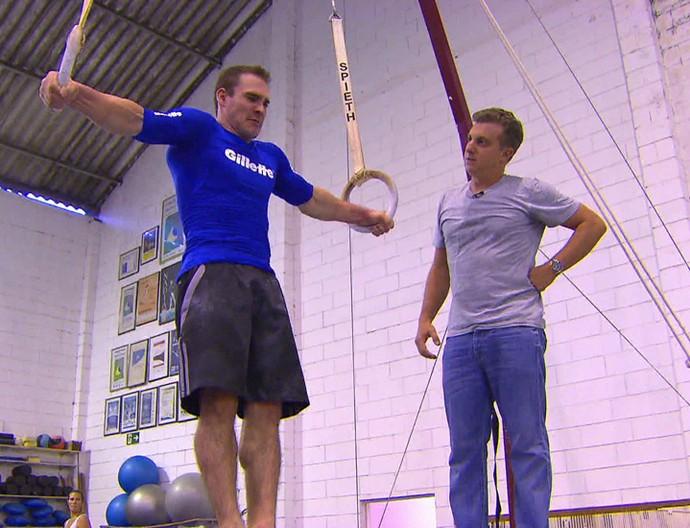 Arthur Zanetti mostra a Luciano como pratica o esporte (Foto: TV Globo)