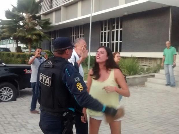 Secretário de Estado Inácio Arruda e a filha relatam que foram agredidos por policiais. Eles foram levados à sede da Polícia Federal (Foto: Valdir Almeida/G1)