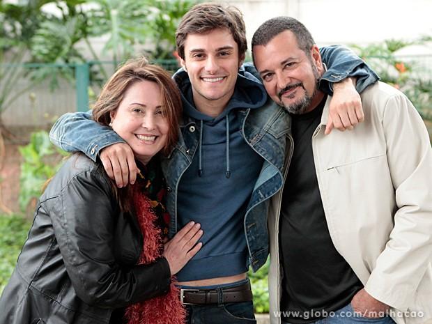 Márcia Angeli e Christian Bonemer abraçam o filho, Hugo Bonemer (Foto: Malhação / TV Globo)