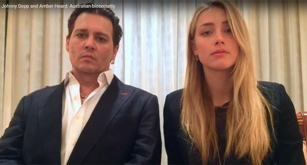 Johnny Depp e Amber Heard em vídeo com pedido de desculpas por levaram cães à Austrália em 2015 sem declarar a posse dos animais (Foto: Reprodução/YouTube/Australian Government Department of Agriculture and Water Resources)