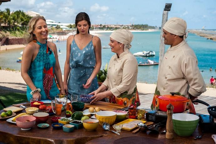Angélica e Camila Queiroz saboreiam o peixe na telha da chef Nicole Albuquerque (Foto: Edmar Melo/Globo)