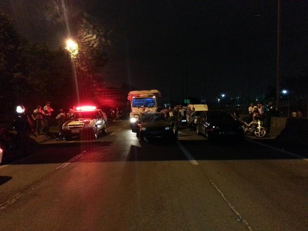 Tráfego represado no trevo da via Anchieta devido as manifestações dos moradores de Cubatão (Foto: Ivair Vieira Jr/G1)