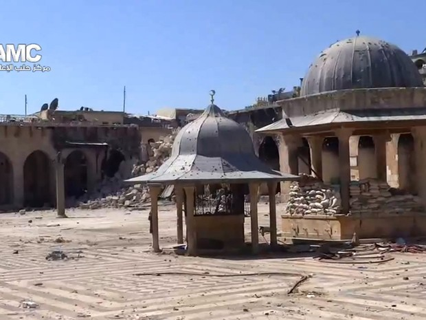 Imagem tirada de um vídeo colocado no YouTube  nesta quarta-feira (24) mostra os escombros do minarete da antiga mesquita de Aleppo. (Foto: AFP PHOTO/HO/YouTube)