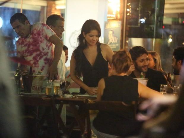 Eri Johnson e Samara Felippo em restaurante na Zona Oeste do Rio (Foto: Delson Silva/ Ag. News)