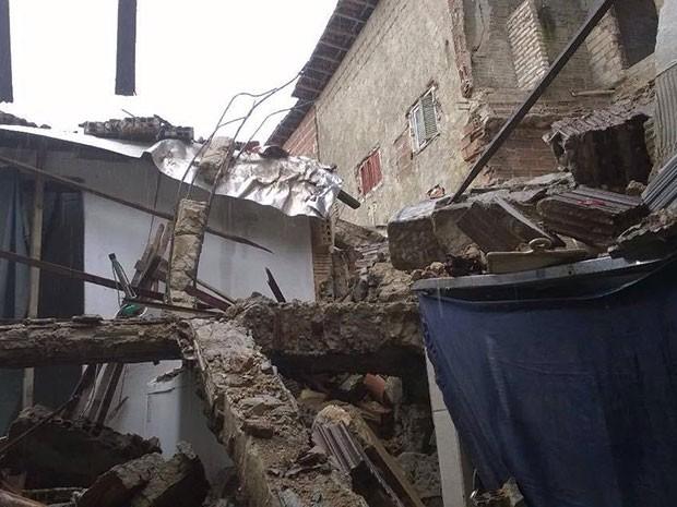 Após chuva, parte de casa desabou em Mãe Luíza (Foto: Eduardo Rodrigues/Inter TV Cabugi)