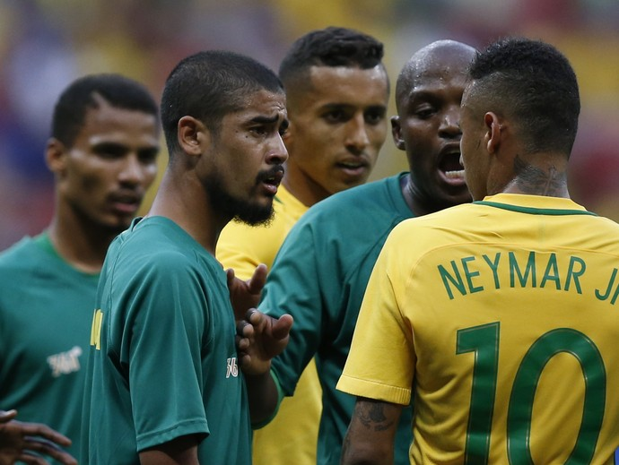 Neymar discussão Brasil x Africa do Sul (Foto: Reuters)