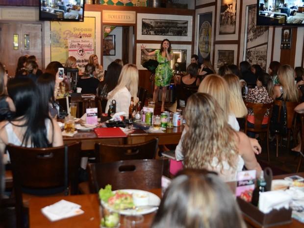 Apresentação de stand up estava na programação da noite de mulheres (Foto: Carlos Henrique / Divulgação)