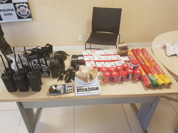 Os policiais apreenderam oito aparelhos de radiocomunicação e diversos materiais usados na confecção de drogas (Foto: Divulgação/ Polícia Civil)