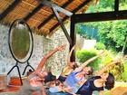 Gisele Bündchen faz ioga, mas não desgruda de seu cachorrinho