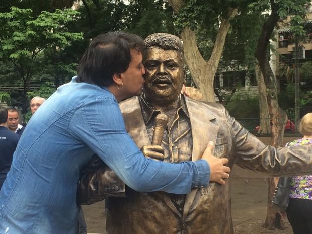 Filho beija estátua de Tim Maia na Tijuca (Foto: Matheus Rodrigues/G1 Rio)