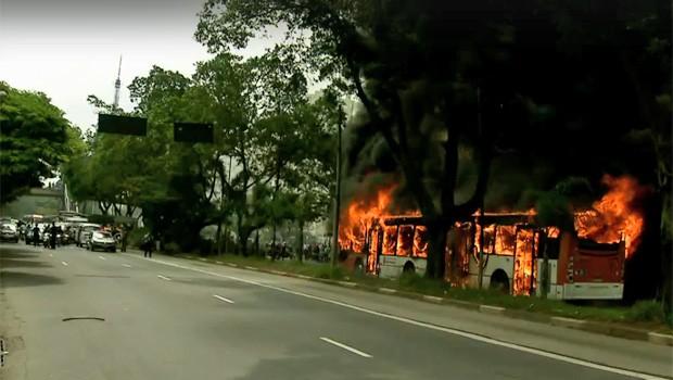 Trânsito ficou bloqueado para que bombeiros apagassem o fogo no ônibus (Foto: TV Globo/Reprodução)