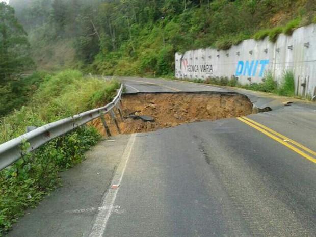 Um carro caiu em uma cratera aberta na BR-280, em Corupá, neste domingo (Foto: Rádio Nereu Ramos/Divulgação)