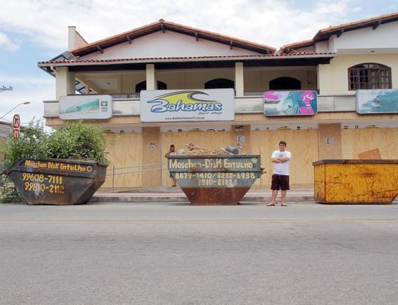 Thiago Bezerra, dono de loja que protegeu com tapumes e caçambas de entulho para evitar roubos - Serra, ES (Foto: Alex Gouvea/ÉPOCA)