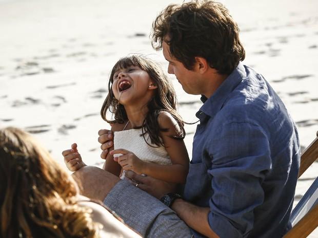 Caíque e Laura fazem farra com a filha (Foto: Raphael Dias/Gshow)