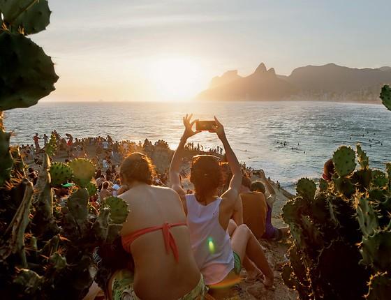 INSPIRAÇÃO ETERNA Frequentadores do Arpoador apreciam o fim da tarde. O Rio sempre se renova (Foto: Ingo Rosler/Getty Images)