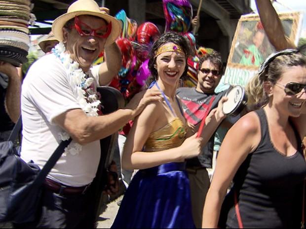 Foliões se divertem no bloco 'Então, Brilha!', no Centro de Belo Horizonte (Foto: Reprodução/TV Globo)