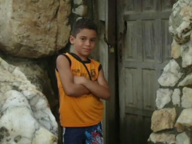 Rhian, de 12 anos, está preso em um abrigo nos EUA desde maio (Foto: Reprodução/ TV Gazeta)