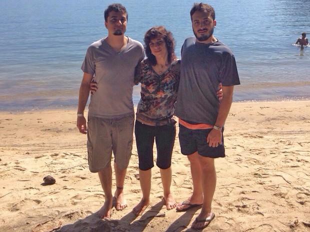 Cira Costa com os dois filhos na praia (Foto: Cira Costa/Reprodução)