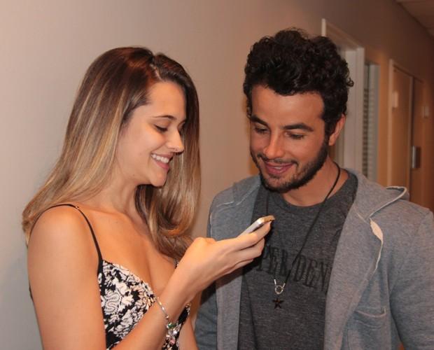 Juliana Paiva brinca com Anderson Di Rizzi (Foto: Carol Caminha / Gshow)