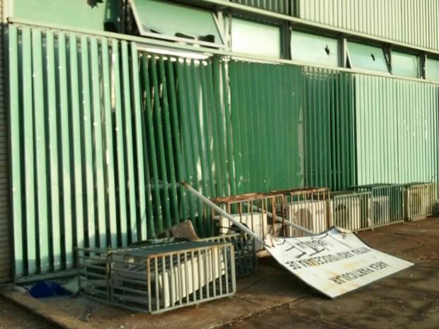 Vidros quebrados e aparelhos de ar condicionado danificados no prédio do Ministério do Esporte e do Desenvolvimento Agrário nesta terça-feira (29), durante protesto contra PEC que limita teto de gastos (Foto: Luiza Garonce/G1)
