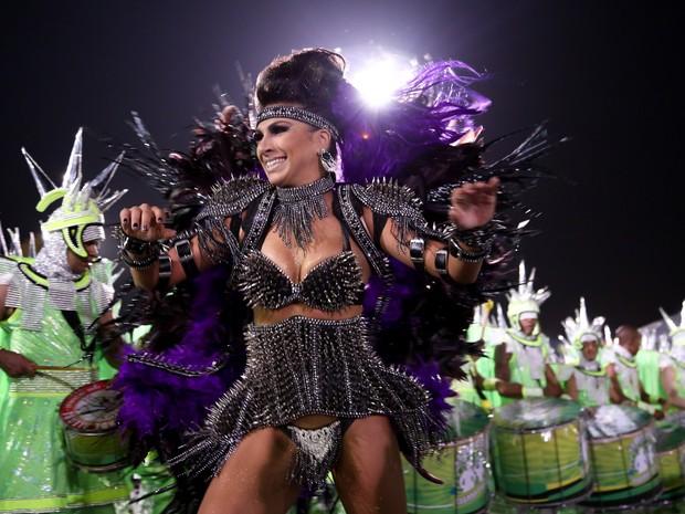 A rainha de bateria, Aline Oliveira, j� fez de tudo na Mocidade Alegre. Ela j� desfilou na comiss�o de frente e integrou a bateria da escola (Foto: Raul Zito/G1)