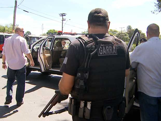 Comboio da Polícia Civil leva detentos que estavam no 2º Distrito Policial de Campinas para o Complexo Penitenciário em Hortolândia (SP) (Foto: Reprodução EPTV)