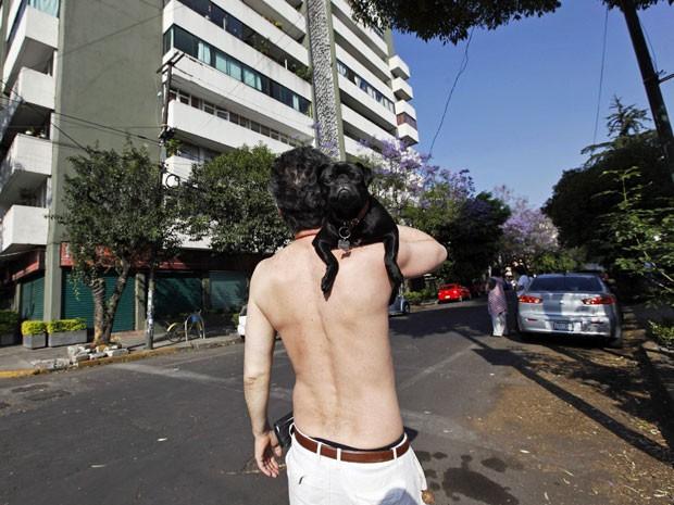 Homem com seu cão após a evacuação de um edifício por conta de um terremoto de magnitude 7.5 no México (Foto: Claudia Daut/ Reuters)