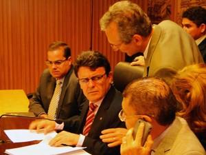 Edivan Martins recebe orientações antes do início da leitura do termo de posse de Paulinho Freire (Foto: Ricardo Araújo/G1)
