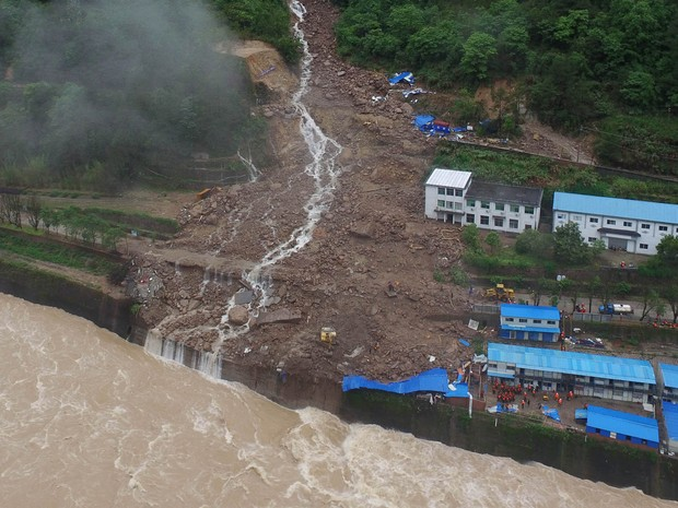 An aerial view shows that buildings at a hydroelectric power station under construction that were hit by landslide in Sanming An aerial view shows that buildings at a hydroelectric power station under construction that were hit by landslide in Sanming, Fu (Foto: Stringer/Reuters)