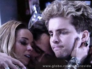 Niko pede que a amiga repense na oferta com mais carinho (Foto: Amor à Vida / TV Globo)