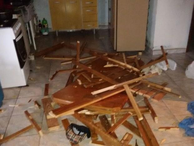 Polícia afirma que morador quebrou móveis da casa após esposa morrer (Foto: Divulgação/ Polícia Civil Itaí)
