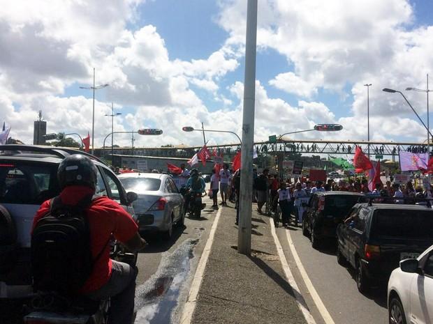 Servidores e estudantes fazem protesto em frente ao Shopping da Bahia (Foto: Juliana Almirante/G1)