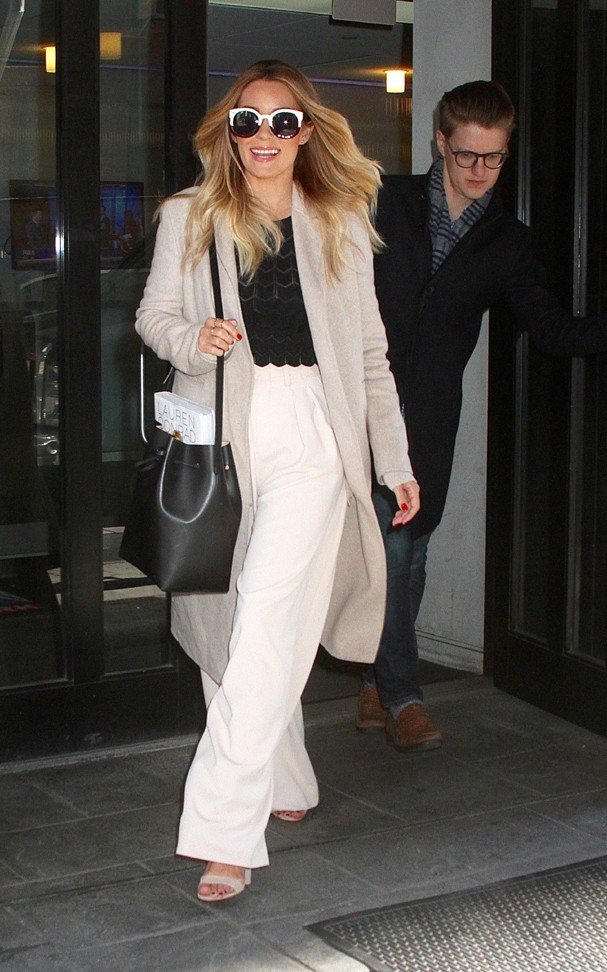 """New York, NY - New York, NY - Lauren Conrad leaves """"Good Day New York"""" where she talked about her book, """"Celebrate."""" The fashionista looks stylish wearing high waisted wide leg trousers paired with a black top and long beige coat for a perfect tailored ne (Foto: MediaPunch / AKM-GSI)"""