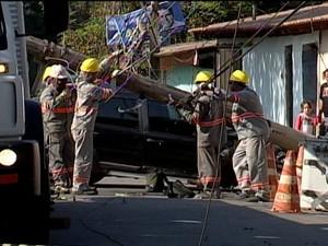 Criminosos bateram no poste no Bairro Jusa Fonseca (Foto: Reprodução/TV Integração)