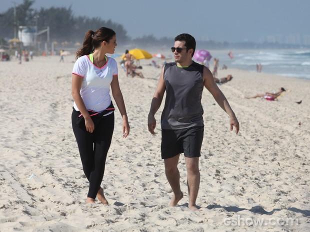 Haja fôlego! Bruna e Thiago gravam na praia  (Foto: Pedro Curi/TV Globo)