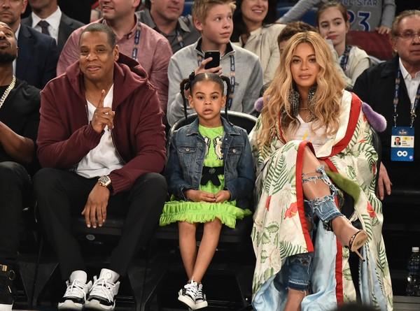 Beyoncé, grávida, vai com Jay-Z e Blue Ivy a jogo de basquete