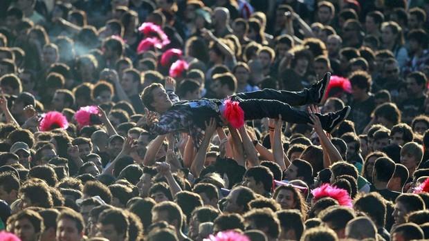 Garoto é levado pela multidão que assiste ao show do Sepultura no Rock in Rio em Lisboa. (Foto: Rafael Marchante/Reuters)