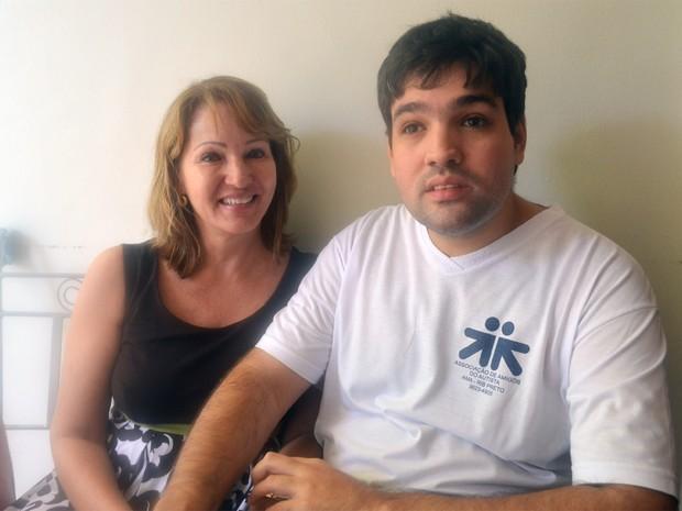 A coordenadora da AMA, Maria Cristina Bonassoli, com seu filho e integrante da AMA, Leonardo, de 27 anos (Foto: Rodolfo Tiengo/ G1)