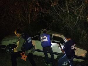 Agentes da Polícia Técnica fizeram perícia no veículo que capotou em Jaguaquara, no sudoeste da Bahia (Foto: Blog Marcos Frahm)
